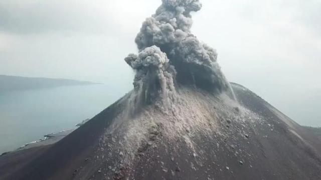 Anak Krakatau Terus Erupsi, BNPB Minta Warga Waspada Tsunami